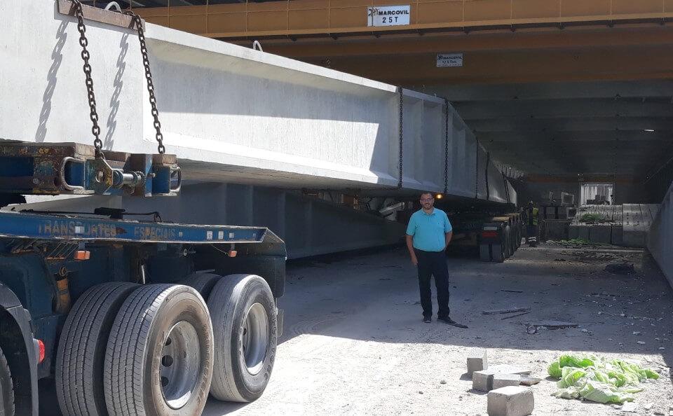 homem com blusa azul ao pé de camião