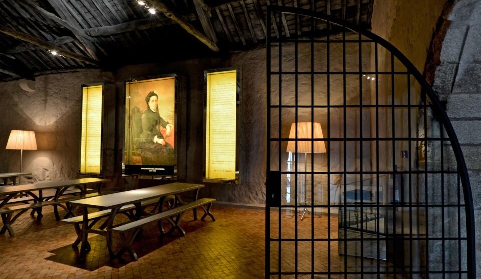sala escura com mesas e um quadro
