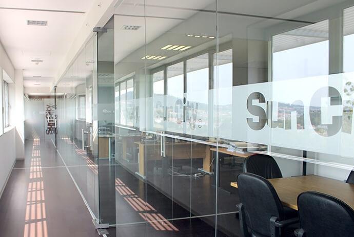 escritório com paredes de vidro